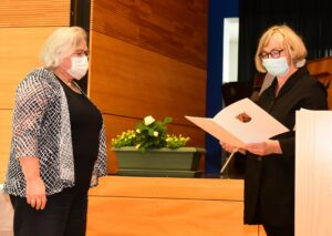 Frau Föhner (ADD NW) überreicht die Urkunde der Ministerpräsidentin