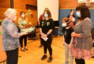 Ein Dankeschön des BVJ inklusiv: Schülerinnen überreichen Frau Küper ein Kochbuch, das sie im Fernunterricht erarbeitet haben