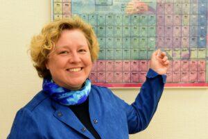 Frau Dr. Deml-Reißer vor ihrem Periodensystem